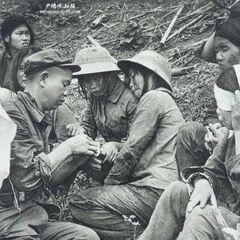 Китайский солдат обрабатывает раны вьетнамской девушке-военнослужащей, Вьетнамо-китайская война, 1979 год.