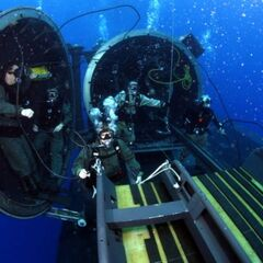 Бойцы SEAL выходят из подводной лодки.