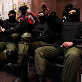 Воины Нарнии демонстративно кидают зиги перед фотографом в здании КГГА, 16 февраля 2014 г.