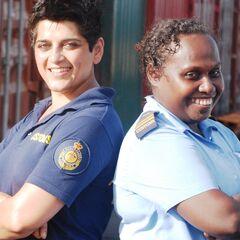 Сотрудницы австралийской таможни (справа) и таможни Соломоновых островов.