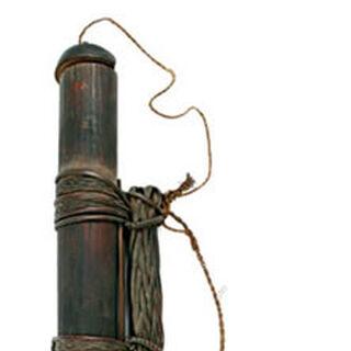 Колчан из тростника, бамбука и животного меха, длина около 30 см.