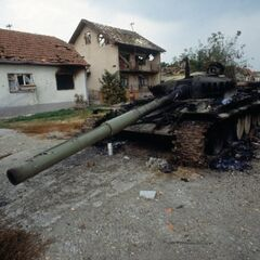 Ещё один сожжённый танк в пригороде Вуковара.