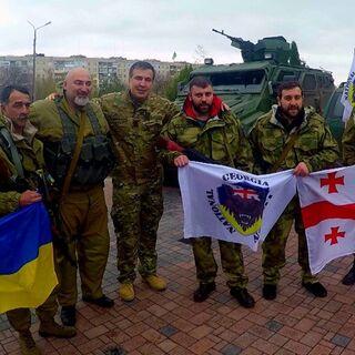 Бойцы легиона со своим флагом, флагом Украины и Грузии.