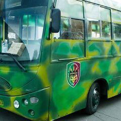 Автобус с эмблемой батальона.