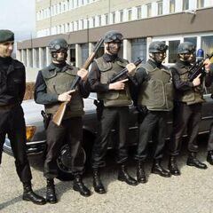 Первая штурмовая группа GSG-9. Слева — подполковник Ульрих Вегенер. Солдаты вооружены <a href=