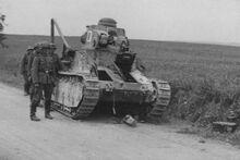 Брошеный при отступлении танк (бортовой номер 06), июнь 1940 г.