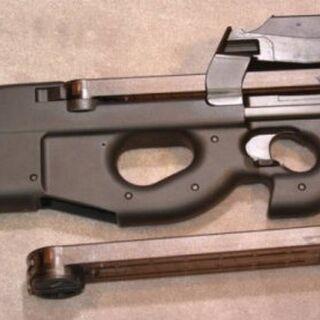 FN P90 с запасным магазином.