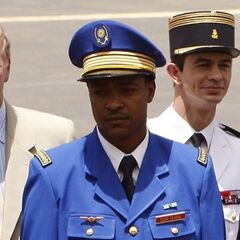 С выходной формой офицеры ВВС могут носить как пилотки, так и фуражки. В этом случае, на тулье фуражки летчики носят эмблему ВС Нигера — солнце в венке.