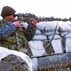 СВД в камуфляже в руках снайпера.