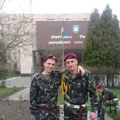У военнослужащего слева — памятный нагрудный знак 101 отдельной бригады.