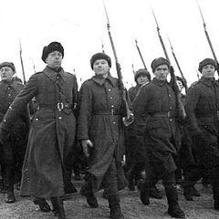Парад зимой 1941 года. Хорошо заметна советская униформа.