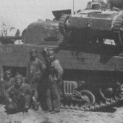 Американские танкисты водрузили японский малый танк Тип 94 на корму своего среднего танка М4А2, вероятно о.Кваджалейн, март 1944 г.