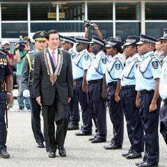 Полиция Соломоновых островов выступает в качестве почетного караула во время визита важных персон в страну.