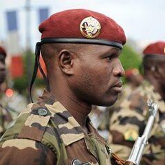 Парашютист армии Нигера в краповом берете и с характерной эмблемой.