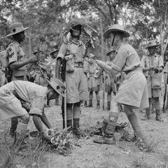 Гуркхи во время подготовки перед боем. Малайя, 1941 г.