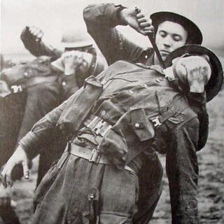 Тренировка британских коммандос по снятию часового.