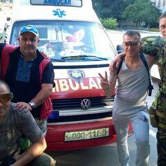 Скорая помощь с эмблемой батальона и медики.