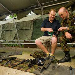 Новозеландские солдаты проверяют свое оружие.