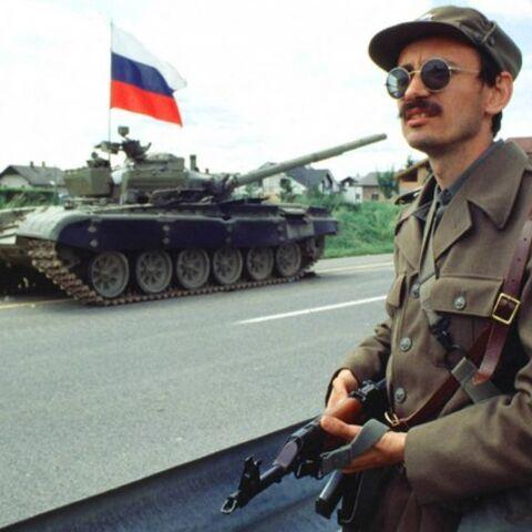 Боец ТО Словении у захваченного танка, Десятидневная война, 29 июня, 1991 года.