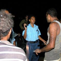 Офицер RSIPF Агнес Аихуну выслушивает жалобы местных жителей.