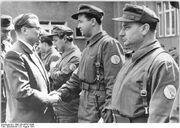 Bundesarchiv Bild 183-85787-0008, Berlin, Mauerbau, Kampfgruppen, Besuch Thieme