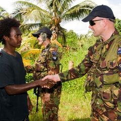 Новозеландские солдаты общаются с местными жителями Соломоновых островов.