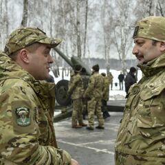 Волонтер Юрий Бирюков (слева) с нашивкой 79-ой ОАБр, 13 февраля 2015 года.