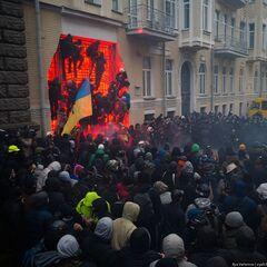 На воротах зданий на ул. Банковая разместились журналисты, 1 декабря 2013 г.
