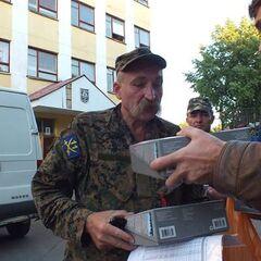 Передача батальону гуманитарной помощи, июнь 2014 г.