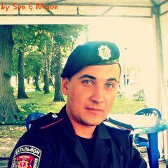 Боец батальона в стандартной черной униформе <a class=