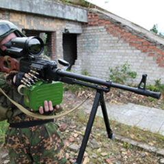 ПКМ с оптическим прицелом в руках российского спецназовца.
