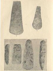 Мідні сокири з розкопів В. В. Хвойки в с. Веремя і Трипілля (1,2) (1-4 н. в.). Камяні сокири з розкопів в с. Озаринці (3, 4) (3-4) н. в.