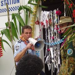 Австралийский полицейский (слева) и солдат.