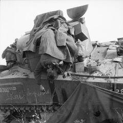 Мертвый солдат Ирландской гвардии в танке.