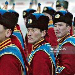 Солдаты монгольского почетного караула готовятся к встречи президента США Джорджа Уокера Буша, 21 ноября 2005 г.