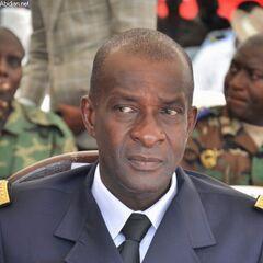 Военнослужащий ВВС Кот-д'Ивуара с эмблемой ВВС на груди справа и французским знаком военного пилота слева. На клапане правого кармана круглый знак, скорее всего — эмблема авиабазы.