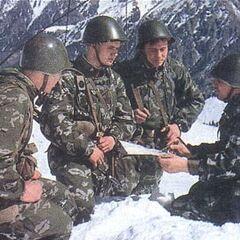 Советские пограничники. РПК-74 у солдата слева.