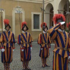 Построение гвардейцев во время визита в Ватикан премьера-министра Италии, 6 серия сериала