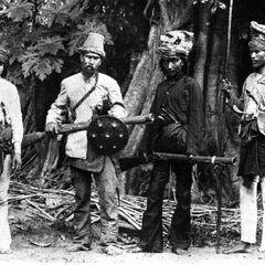 У второго слева воина в руках перисэ.