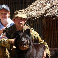 Австралийская женщина-полицейский и солдат армии Австралии на Соломоновых островах в 2003 году.