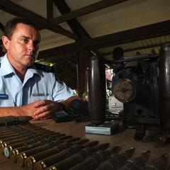 Комиссар австралийской полиции пересматривает оружие и боеприпасы, отобранные у враждующих племен.
