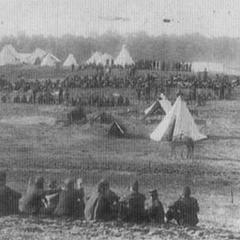 Пленные конфедераты под охраной в союзном лагере в долине Шенандоа в мае 1861 г. Палатки в виде колокола, занятые <a class=