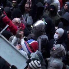 Среди митингующих был замечен даже мужчина в рыцарских доспехах, 1 декабря 2013 г.