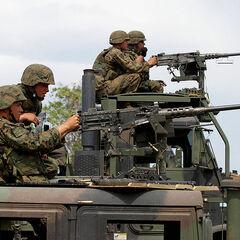 Морские пехотинцы США ведут огонь из пулемётов М2, установленных на