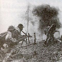 Вьетнамские солдаты идут в атаку с СКС.