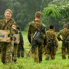 Австралийские солдаты и девушка-медсестра.