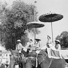 Школьницы, изображающие сестёр Чынг. Празднование Международного женского дня. Сайгон, площадь Лам Сон, март 1960 г.