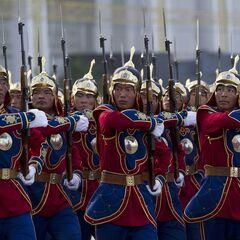 Монгольский почетный караул в форме образца 2011 г. марширует во время репетиции военного парада на площади Сухэ-Батора, Улан-Батора, Монголия, 9 июля 2012 года.