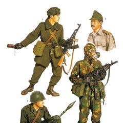 1. Солдат мотострелкового подразделения в летней полевой униформе; 2. Военнослужащих в полевом рогатом кепи; 3. Солдат мотострелкового подразделения в зимней униформе; 4. Боец в камуфляжном масхалате.