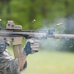 SCAR-L с глушителем на учениях.